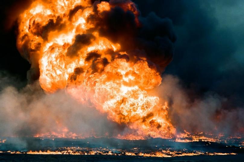 Kuwait-invasion-oil-fire-oil-lake-0090
