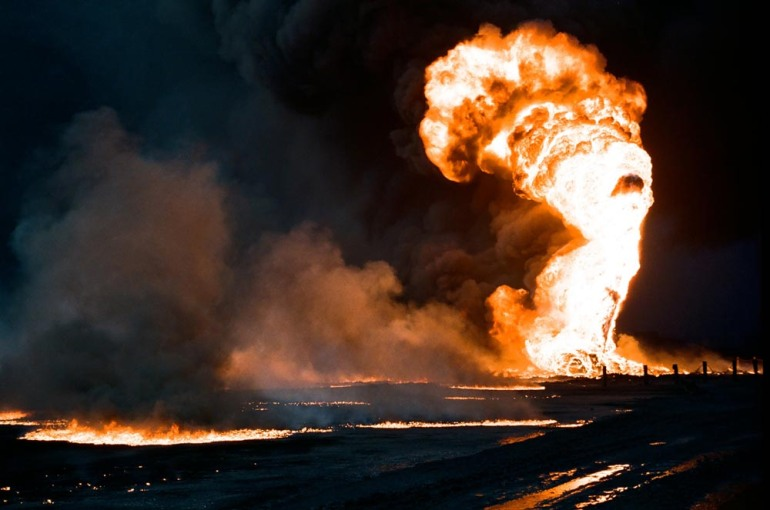 Kuwait-invasion-oil-fire-oil-lake-0102
