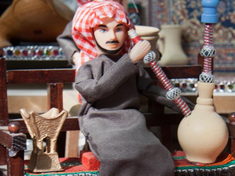 kuwait-2011-g-souk-al-mubarakiya-arabic-figurine-smoking-shisha