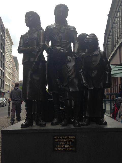 berlin statue train des lebens